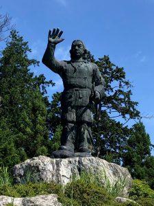 高さ15mの高さの所に慎重5mの日本武尊の像が鎮座しています。かなり圧倒されます。