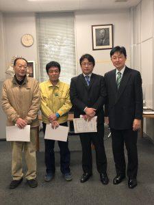 永年勤続表彰者のみなさん。左から向中野さん(30年)、半田さん(10年)、植草さん(30年)。みなさん、今日は通過点です。お元気でこれからもよろしくお願いします。