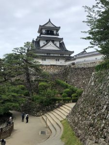 ほぼ当時のままの姿を残す勇壮な高知城の天守閣。山内家代々のお殿様がこの地を治めてきました。