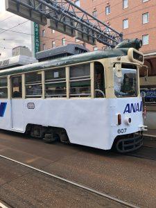 高知市内ではこんな風に路面電車が縦横無尽に走ります。