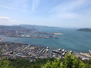 源平合戦で有名な屋島。ここにある屋根型の山上からは瀬戸の海と一体となった高松市内が一望できます。