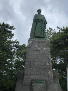 いよいよ最後は会いたかった坂本龍馬像です。何とも雄々しく凛々しい姿に、日本の夜明けが来るぜよという声がきこえてきそうです。