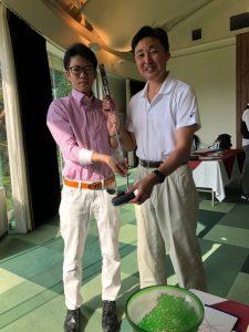 優勝は入社3年目の伸び盛り、小巻さん(写真左)でした。手にしているのは優勝者副賞(社長賞)の高級パターです。おめでとうございました。