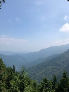 遥拝殿から眺める景色。三峰とは雲取山、白岩山、妙法岳の三山に囲まれていることから付けられた。遥拝殿から妙法岳を望むことができる。