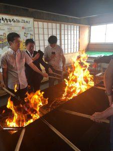今回全員で体験したこの藁焼き、焼いているのはかつおです。