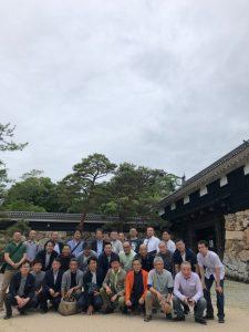 高知城追手門前で全員で記念写真。後方にかすかに天守がのぞきます。