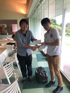 2位の菅野さん。日頃の努力が実を結びました。何といっても豪快なドライバーが魅力です。