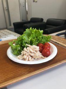 盛り付けるとこんな感じになりました。ミニトマト地サラダチキンを添えて、おいしくいただきました。